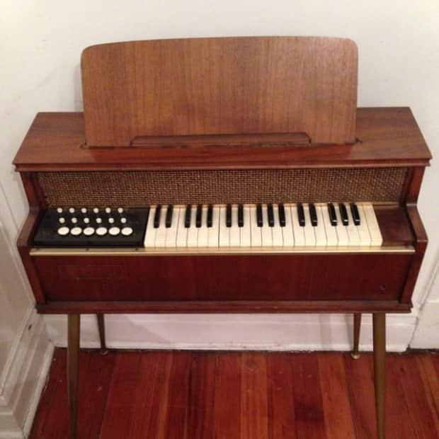 Unknown Brand Electric Chord Table Organ 1962 Woodgrain