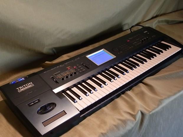 korg triton extreme 61 synthesizer keyboard with carrying