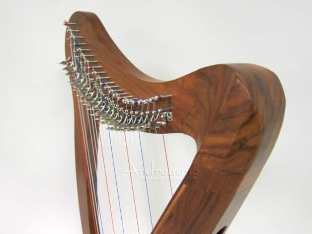 how to play a 22 string lap harp
